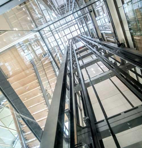 Fachgerechte Aufzugsreinigung München: Kompletter Aufzugsschacht inkl. Schienen und Seile sowie Aufzugtüren innen und außen