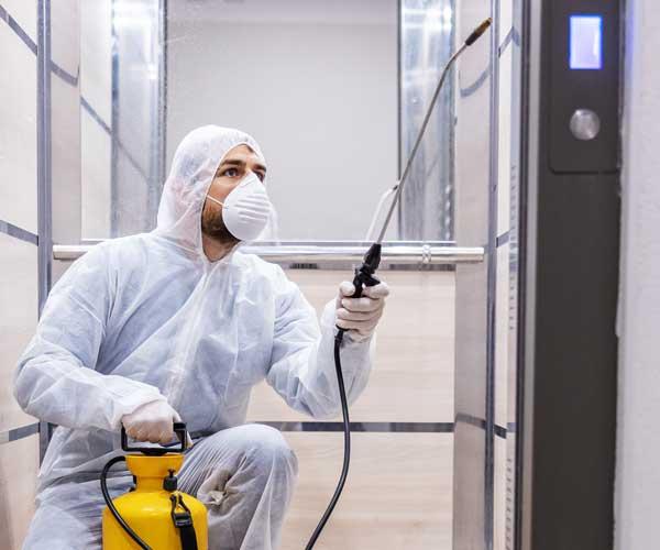 Mitarbeiter bei der professionellen Aufzugsreinigung in Bayern