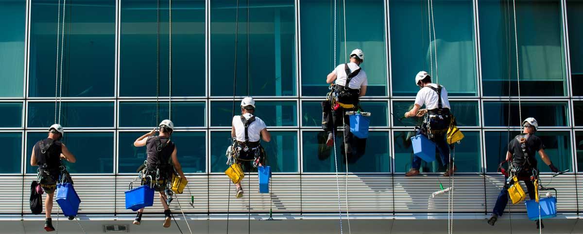 Fassadenreiniger von Speedy's Gebäude- und Fassadenreinigung München bei der Arbeit