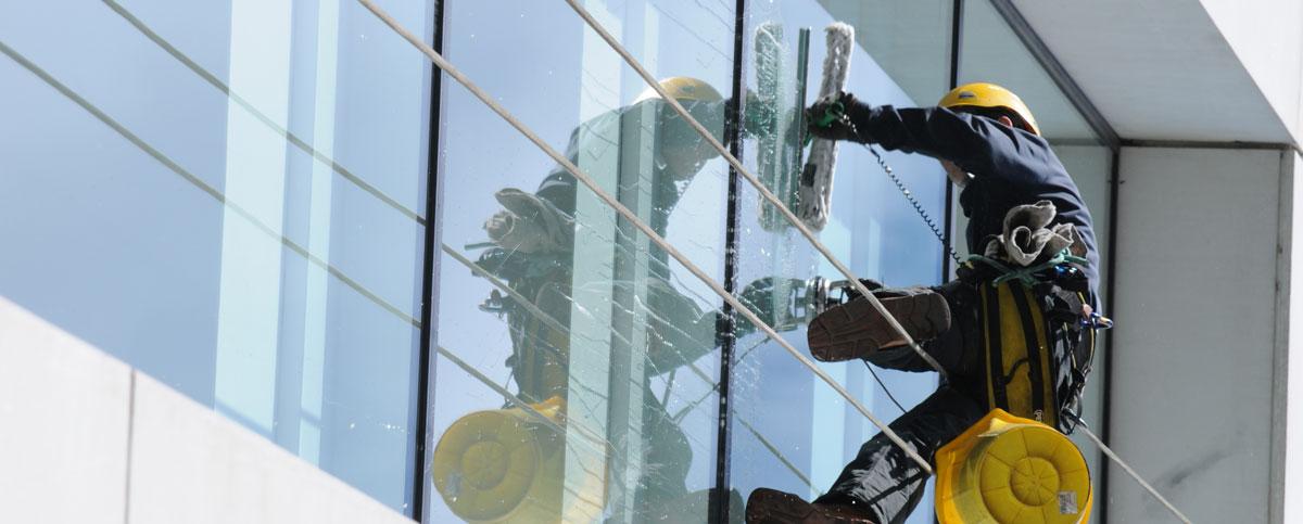 Glasfassadenreiniger bei der Arbeit Brunnthal bei München
