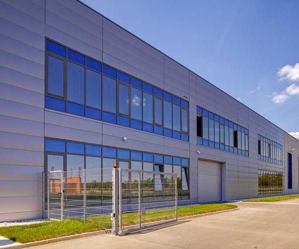 Eloxalpulverbeschichtete Fassade: Reinigung von eloxierten Aluminiumflächen ist notwendig, um die Korrosionsbelastung zu verringern